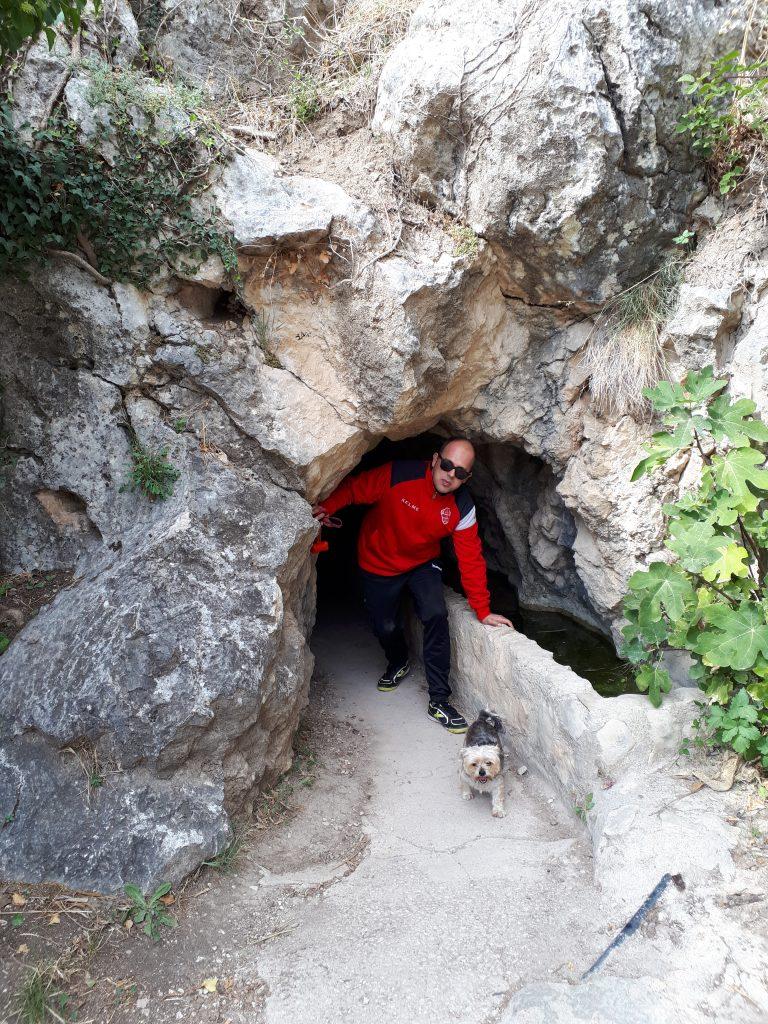 Túnel de acceso a la Cueva del Agua.